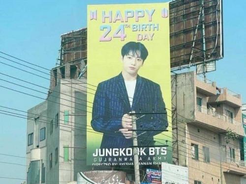 Papan iklan raksasa untuk merayakan ulang tahun Jungkook BTS diturunkan oleh anggota parlemen Pakistan. (Foto: Allkpop)