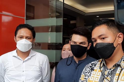 Jonathan Frizzy akan menjalani pemeriksaan lanjutan terkait laporan KDRT dari sang istri di Polres Metro Jaksel, pada 15 September 2021. (Foto: MNC Portal Indonesia)