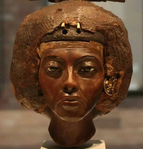 Patung Ratu Tiye istri Raja Firaun Amenhotep III di Museum Berlin Jerman. (Foto: Historicaleve)