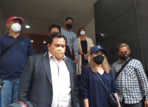 Minola Sebayang dampingi Ayu Ting Ting saat pemeriksaan di Polda Metro Jaya, pada 14 September 2021. (Foto: MPI)
