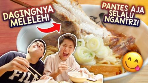 Jerome Polin dan Tomo makan di restoran ramen Jepang yang selalu antre. (Foto: YouTube Nihongo Mantappu)