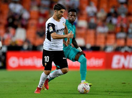Vinicius Jr vs Valencia (Foto: Reuters)