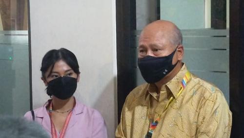Tyna Kanna didampingi kuasa hukumnya, Denny Kailamang saat menghadiri sidang cerai perdana di PA Jaksel, pada 21 September 2021. (Foto: Okezone/Lintang Tribuana)