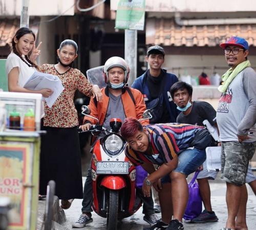 Hami Diah dan para aktor Tukang Ojek Pengkolan. (Foto: Instagram/@hami_diah)