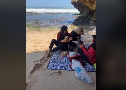 Pengunjung Pantai Panik Dihantam Ombak