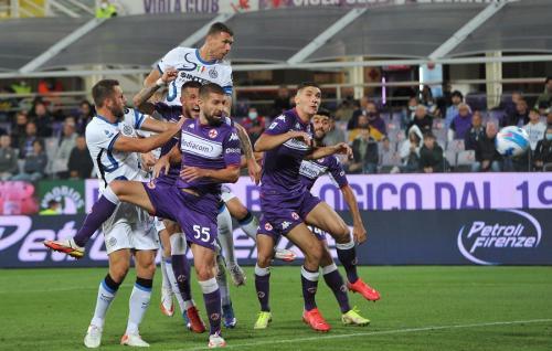 Edin Dzeko vs Fiorentina (Foto: Reuters)