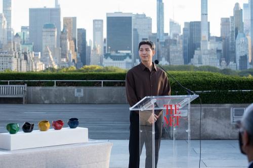 RM BTS saat memberikan pidatonya dalam kunjungan ke Museum Seni Metropolitan, New York, Amerika Serikat, pada 22 September 2021. (Foto: HYBE Labels)