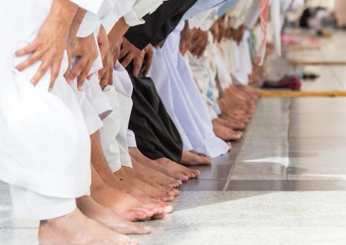 Ilustrasi merapatkan shaf sholat berjamaah. (Foto: Shutterstock)