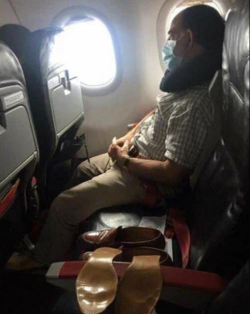 Penumpang Jemur Sepatu di Pesawat