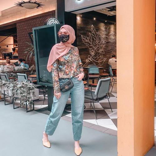 Gaya Hijab Traveling Delia Septianti