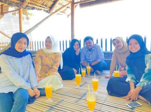 Pengunjung Dapur Mandari di Pantai Pamboang