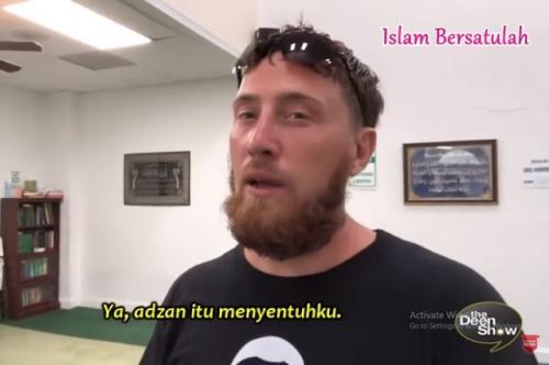 Viral mantan tentara Amerika jadi mualaf usai dengar azan. (Foto: YouTube Islam Bersatulah)