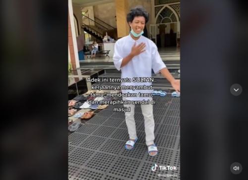 Viral anak sultan selalu menyambut jamaah masjid dan merapikan sandal. (Foto: TikTok @matpecii)