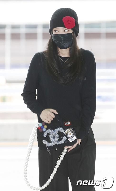 Jennie BLACKPINK berangkat ke Paris dari Bandara Internasional Incheon. (Foto: News1)