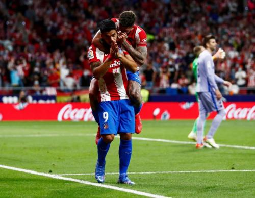 Selebrasi minta maaf Luis Suarez di laga Atletico Madrid vs Barcelona