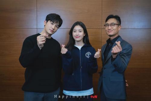 Han Hyo Joo, Park Hyung Sik, dan Jo Woo Jin bintang utama drama Happiness. (Foto: tvN)