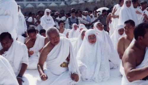 Soeharto dan keluarga sholat di Masjidil Haram. (Foto: Tututsoeharto.id)