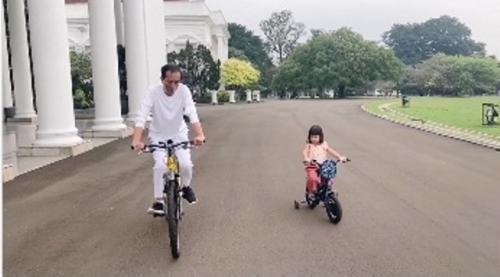 Presiden Jokowi dan cucunya Sedah Mirah main sepeda. (Foto: Instagram @jokowi)