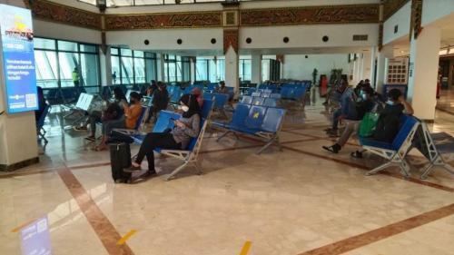 Penumpang di Bandara Juanda