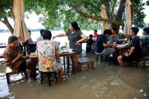 Viral restoran kebanjiran malah ramai pengunjung. (Foto: Reuters)