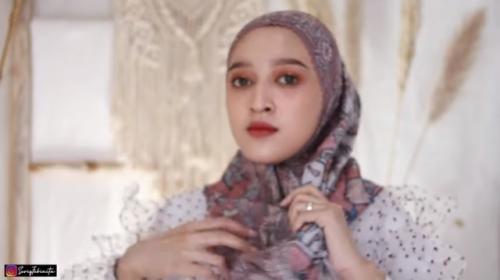 Tutorial kreasikan hijab segi empat jadi seperti pashmina. (Foto: YouTube Seviq Febinita)