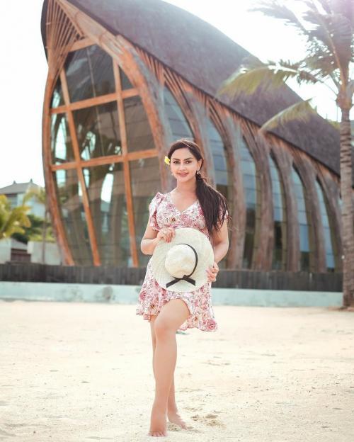 Outfit ke Pantai ala Mami Sisca