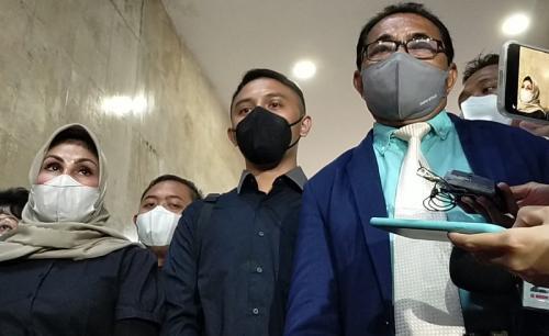 Rafly N. Tilaar (tengah) tak tahu menahu dengan kasus dugaan penipuan CPNS yang melibatkan istrinya, Olivia Nathania. (Foto: MNC Portal Indonesia/Melati)