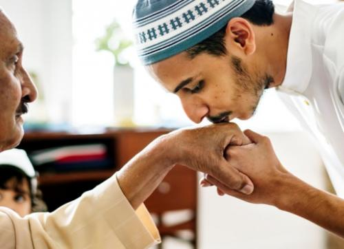 Ilustrasi adab-adab memuliakan orangtua. (Foto: Freepik)